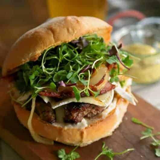 Hambúrguer com Bacon e Queijo Brie e Mostarda de Dijon