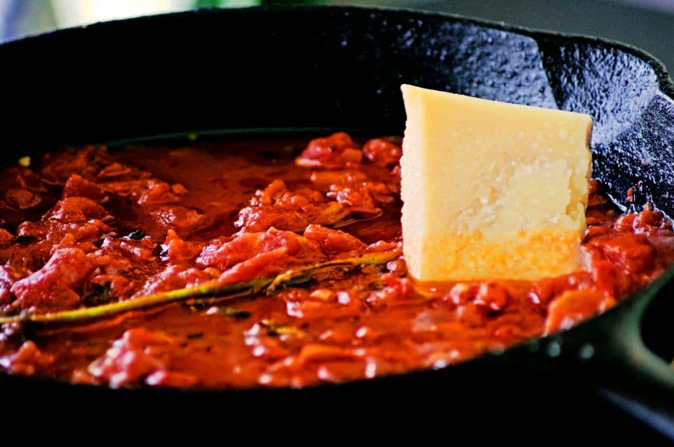 Molho com tomate e restos de Queijo tipo Grana Padano